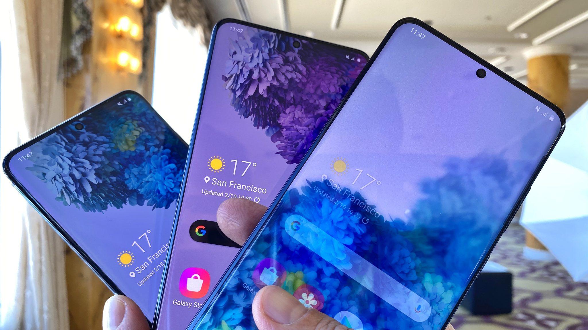 Galaxy    S20, S20 + dan S20 Ultra, dalam bentuk kipas, dengan wallpaper dalam variasi biru dan ungu.