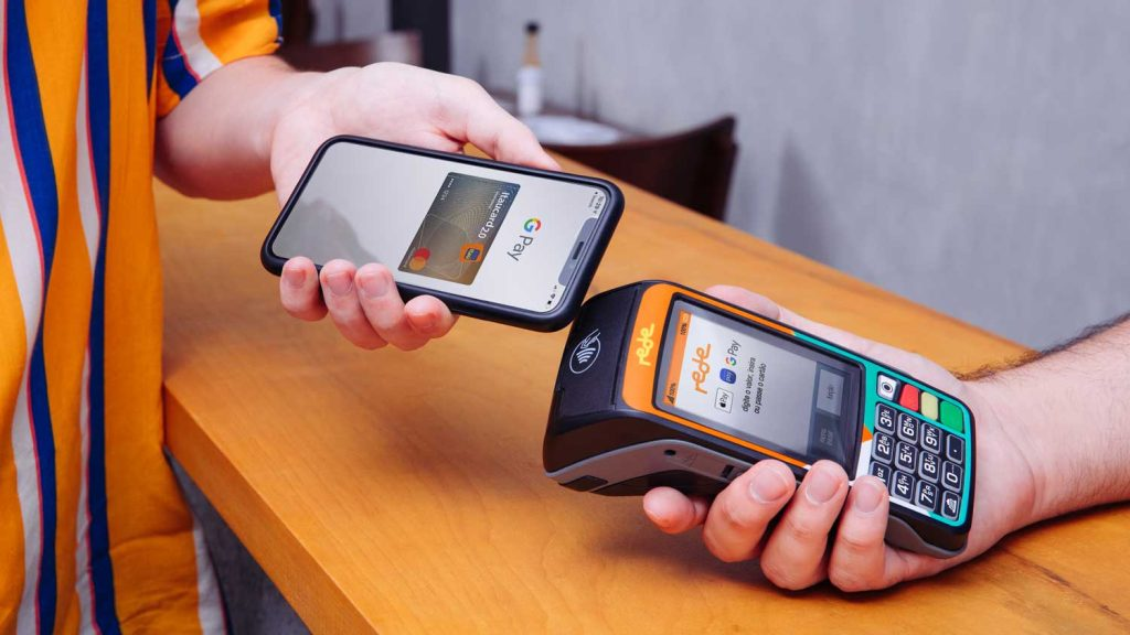 App do google pay sendo usado para pagamentos contactless em uma máquina de cartões
