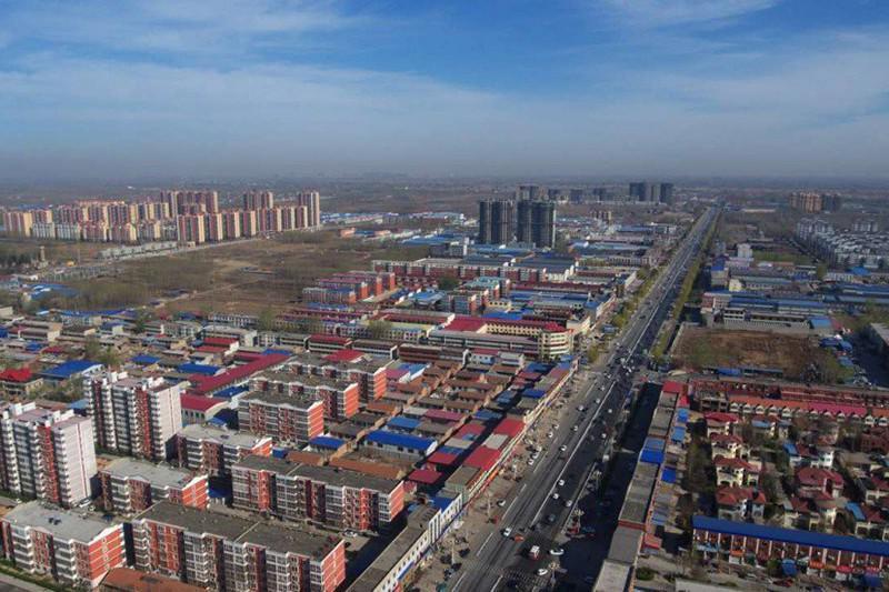 Vista aérea de xiong'an, com prédios de arquitetura simples.