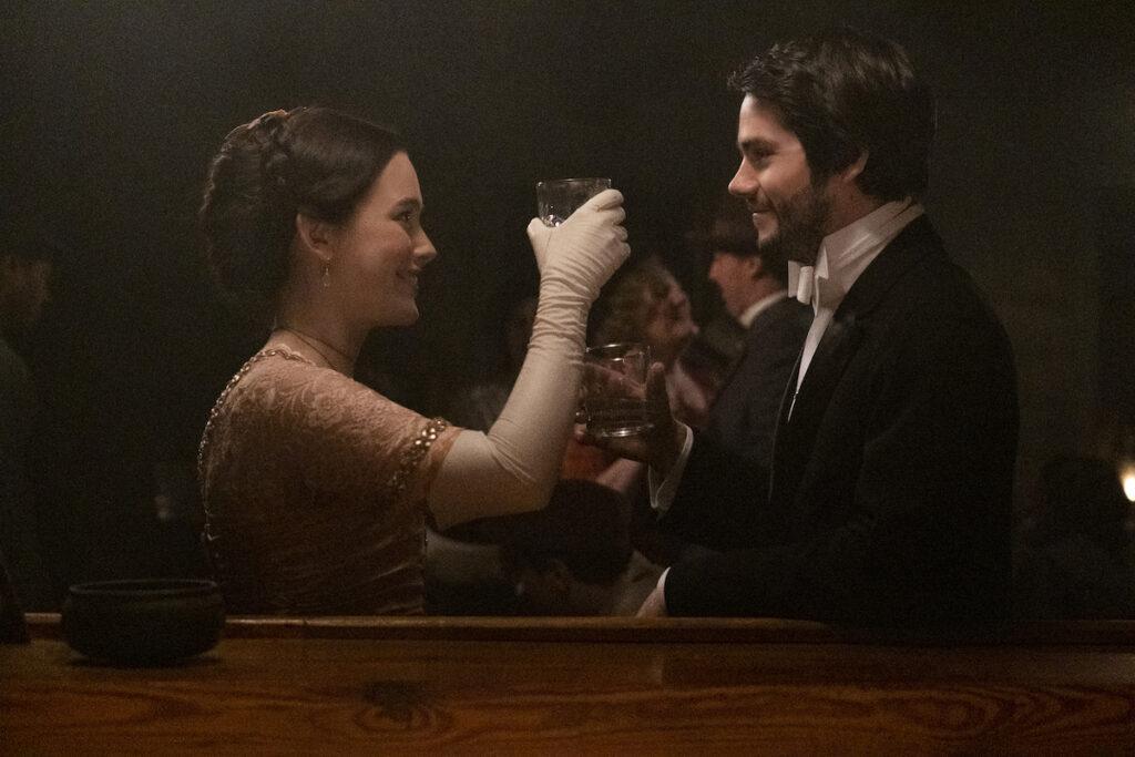Dylan O'Brien e Victoria Pedretti brindam em cena de Amazing Stories