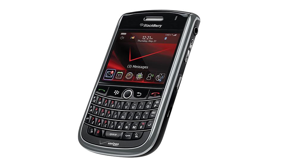 Blackberry qwerty preto, em fundo branco