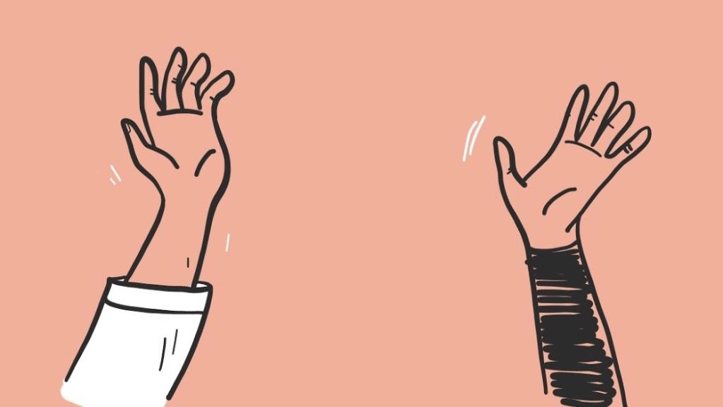 Dois braços de pessoas diferentes se estendendo para se cumprimentarem.