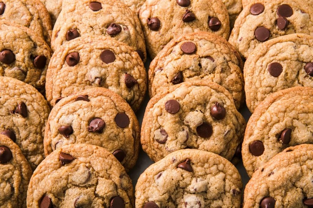 cookies enfileirados, sabor baunilha com gotas de chocolate