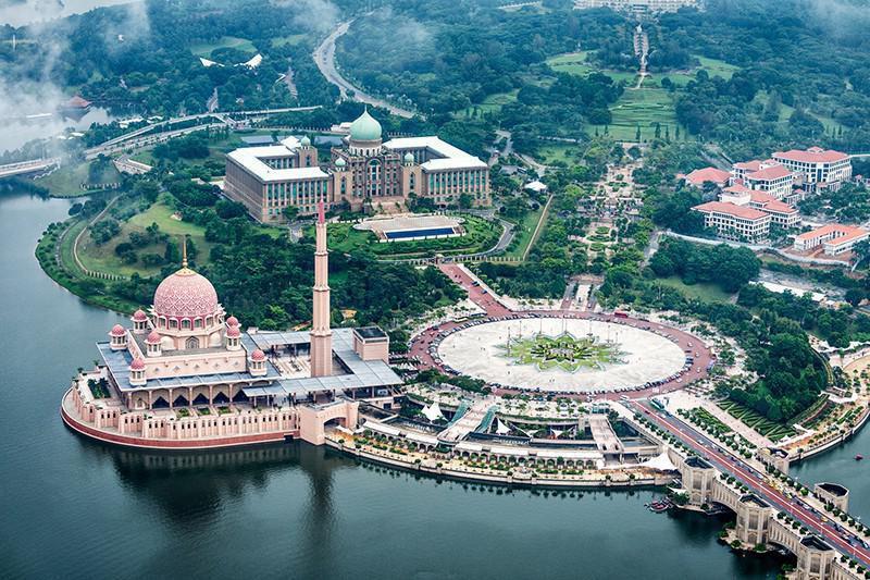 Vista aérea de putrajaya. À esquerda, a mesquita roda de putra
