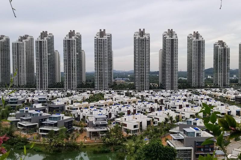 Ilustração de forest city, com pequenas casas à frente e grandes prédios atrás.