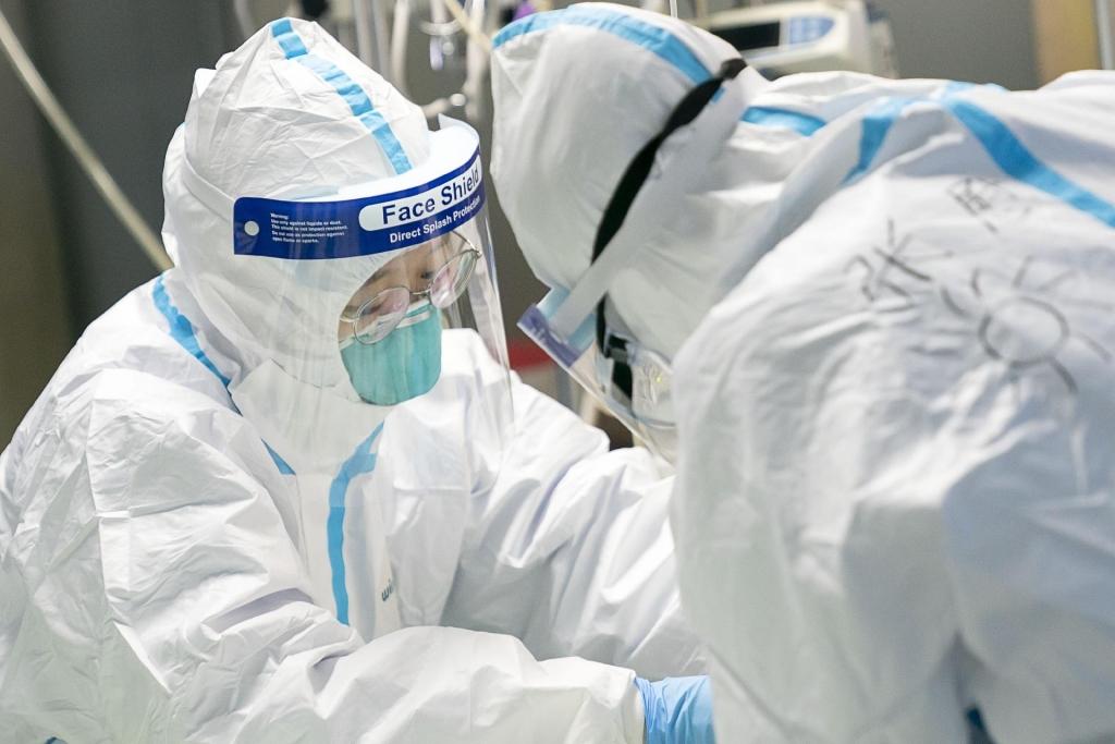 Profissionais de saúde usam máscaras impressas em 3D