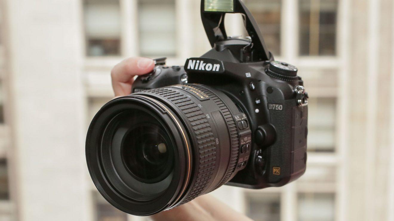 Câmera Digital Nikon D750 em mãos de usuário