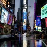 Times Square quase deserta à noite