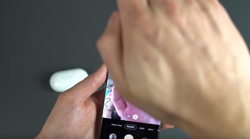 Usuário testando o modo de ativação da câmera com a palma da mão