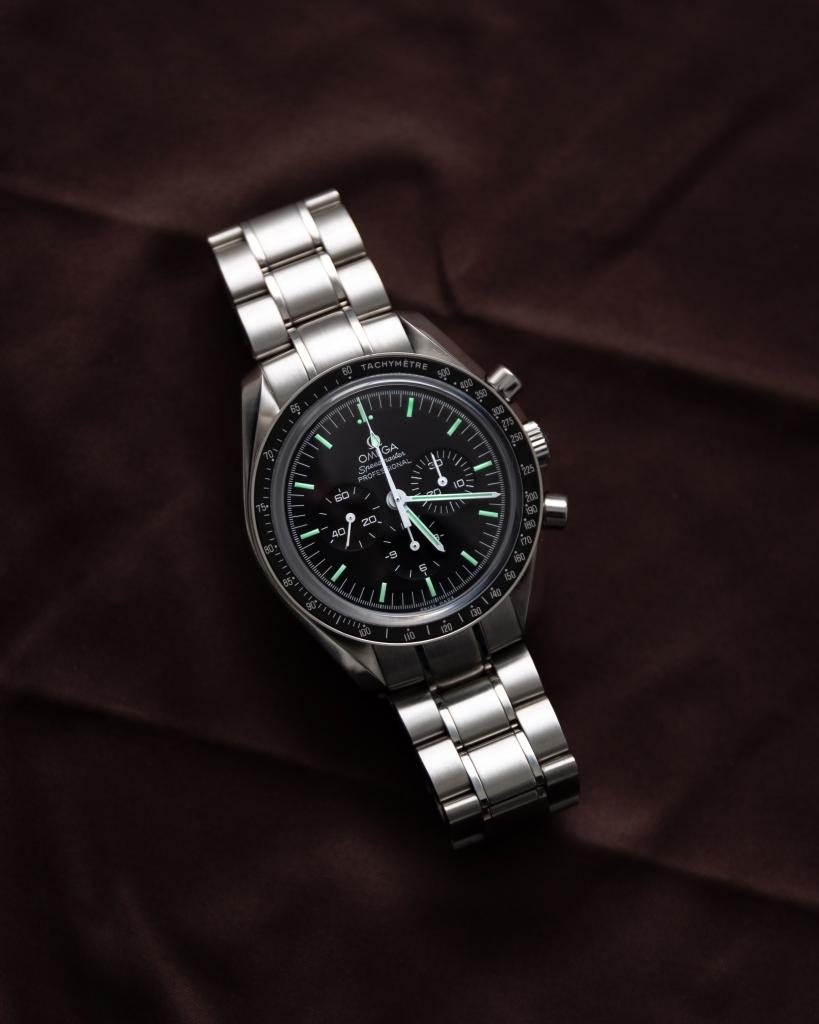 O relógio Omega Speedmaster possui um taquímetro ao redor do mostrador. Fonte: Tommi Selander