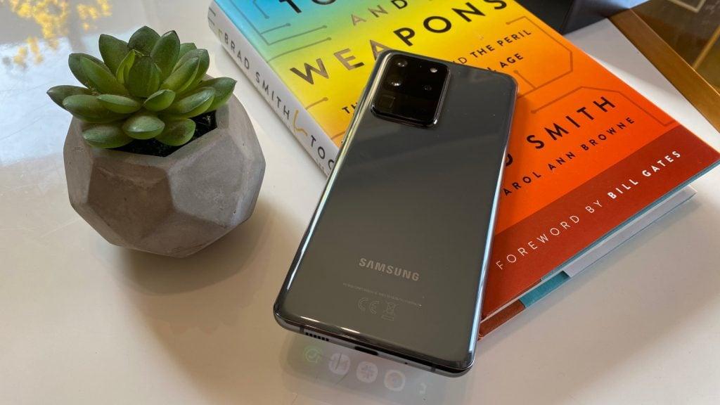 Galaxy s20 ultra sobre livro em uma mesa