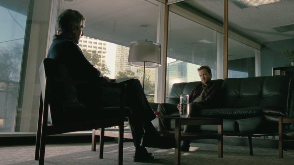 caleb de westworld conversa com seu psicólogo, no consultório