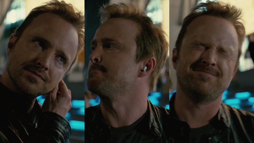 Caleb de westworld se frustra ao falar com atendente robótica em seu earbud