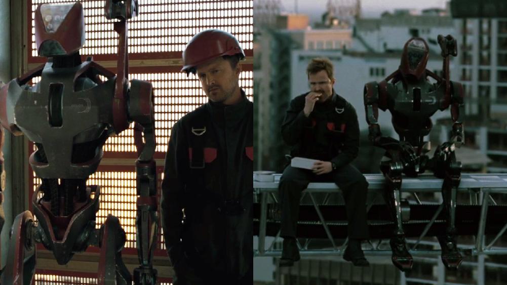 Caleb, de westworld, junto a robô bípede em construção de prédio