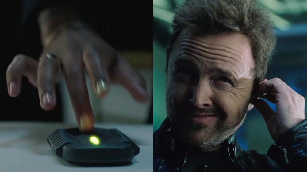 mão sobre controle, com luz verde, interfere no áudio dos earbuds de caleb, de westworld