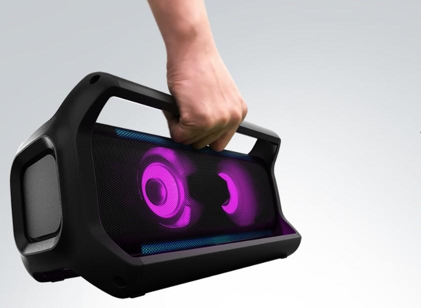 شخص يمسك بمقبض سماعة بلوتوث LG XBOOM Go PK7