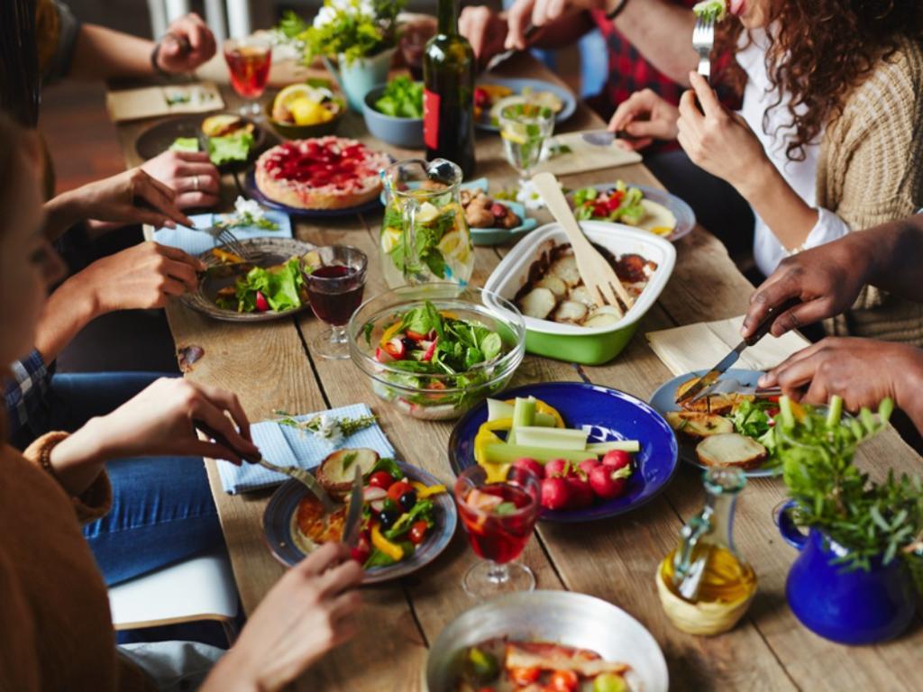Pessoas à mesa comendo