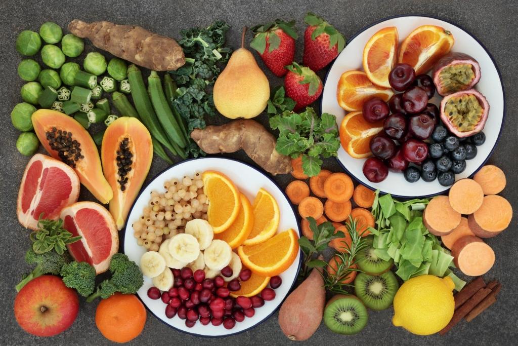 Diferentes tipos de alimentos em uma mesa