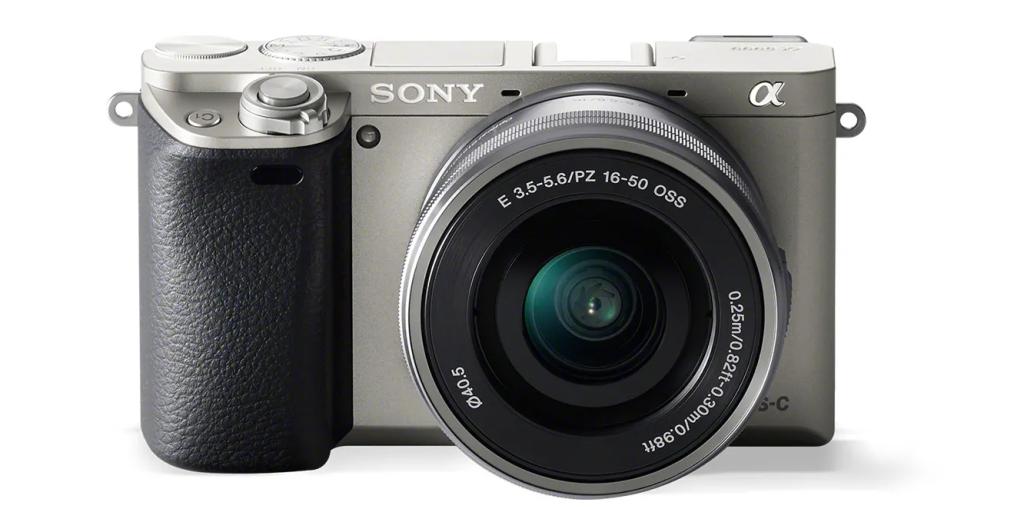 Sony Alpha A6000 é uma das câmeras fotográficas frente a um fundo branco