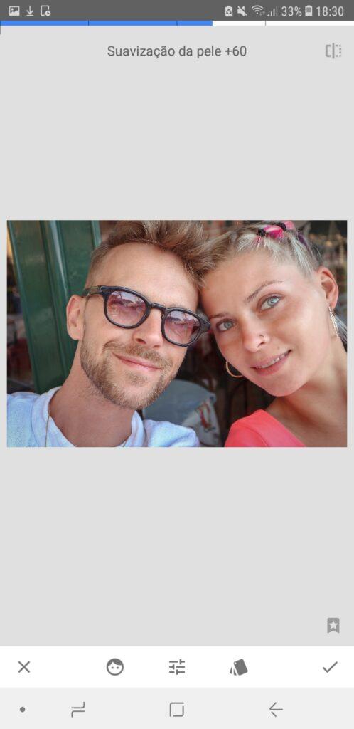 Snapseed, aplicativo no android, com três imagens editadas de uma selfie de casal