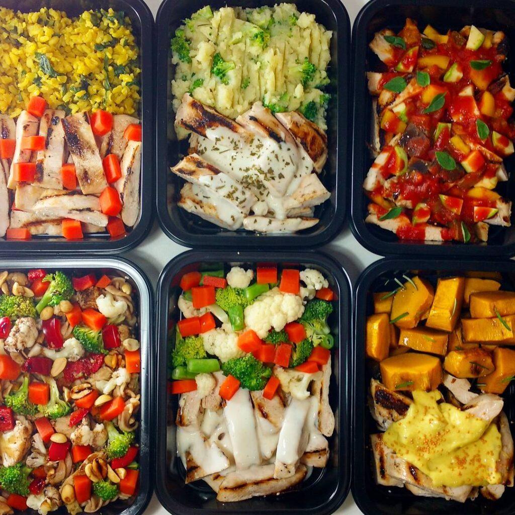 Marmitas de diferentes tipos de refeições para se alimentar bem