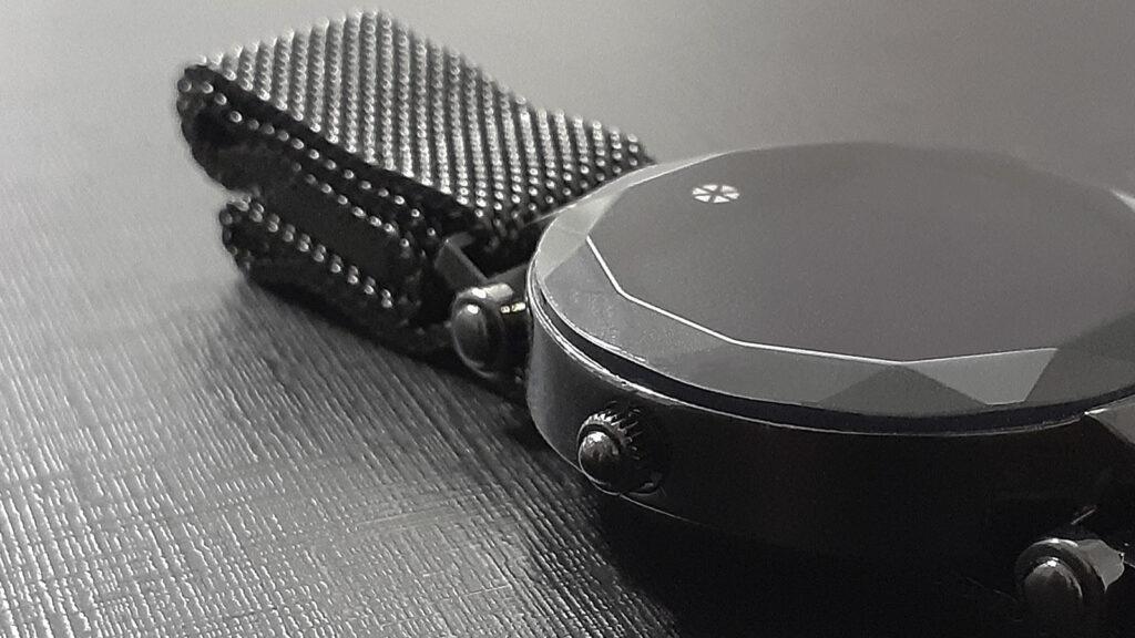 Atrio paris, relógio inteligente, em detalhe do botão lateral