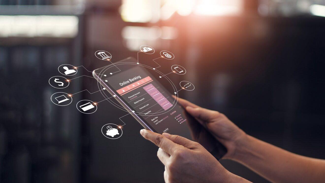 Pessoa acessando banco digital no smartphone