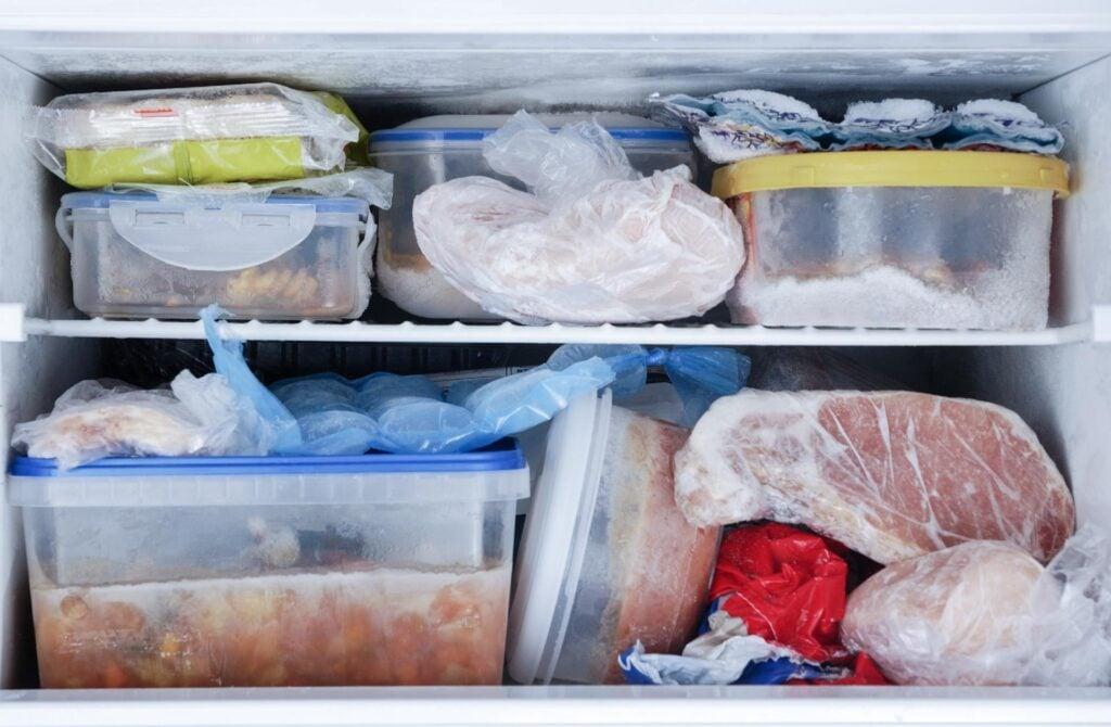 Congelador lotado de potes de comidas