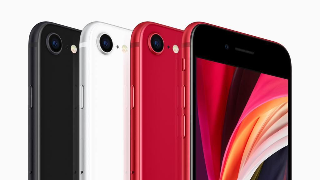 Imagem mostra quatro iphones se 2020 enfileirados. O primeiro é vermelho e está com a tela voltada para frente. Os demais exibem a parte traseira, com a câmera e o flash. O segundo iphone é vermelho, o terceiro é branco e o quarto é preto.
