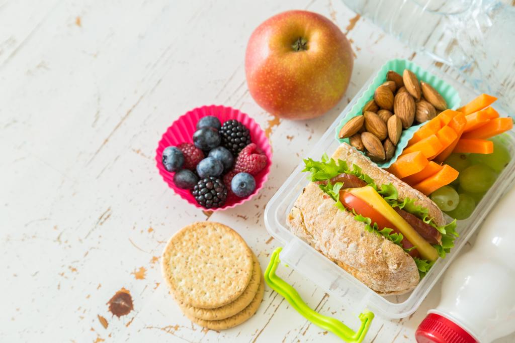Lanches com frutas, pães e bolachas