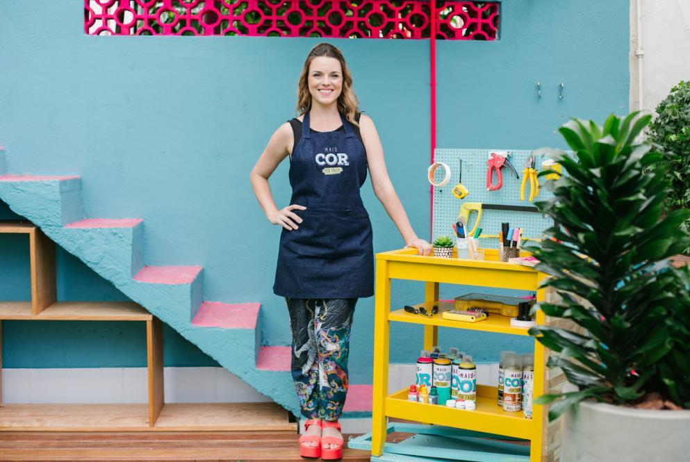 Thalita carvalho posa em mesa de utensílios no mais cor, por favor, programa do gnt