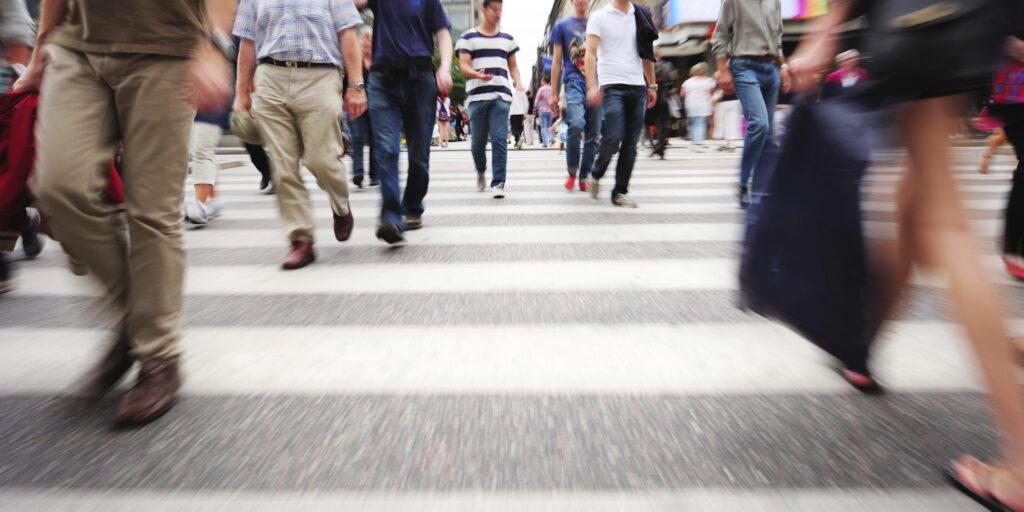 Tráfego de pessoas pelas ruas antes da pandemia do coronavírus covid-19