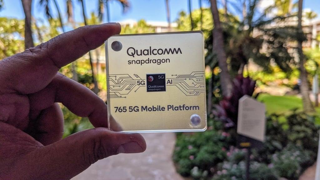 Pessoa segurando processador Snapdragon 765