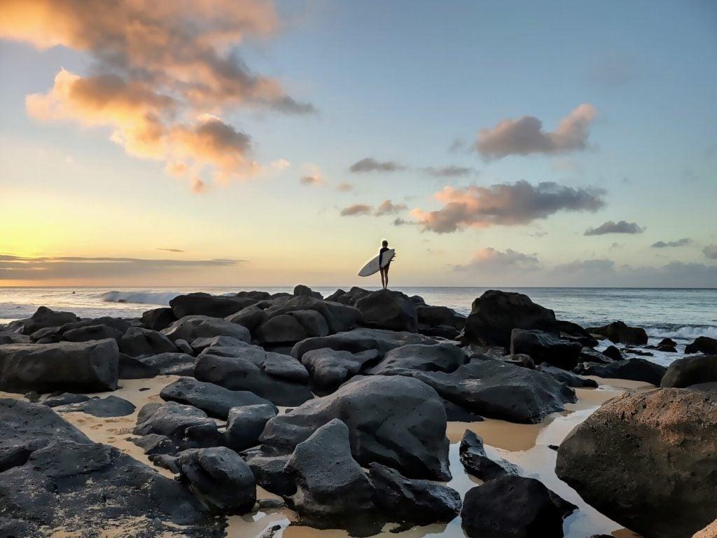 Foto de um surfista tirada com Motorola Edge+