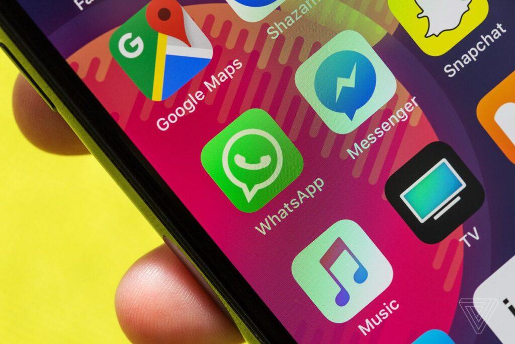 Tela de smartphone com ícone do app do whatsapp