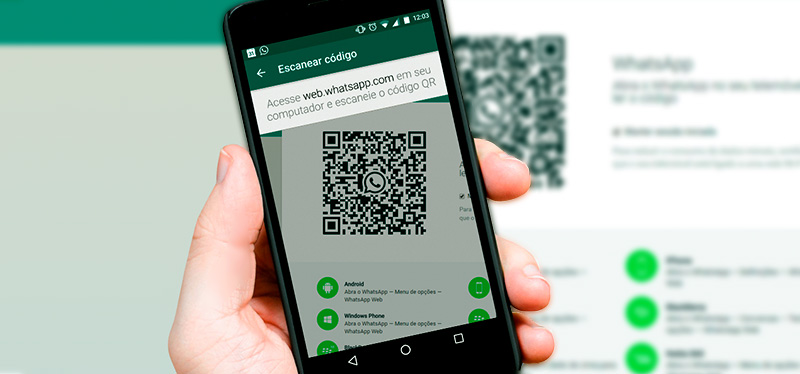 Celular apontando para o QR Code do WhatsApp Web
