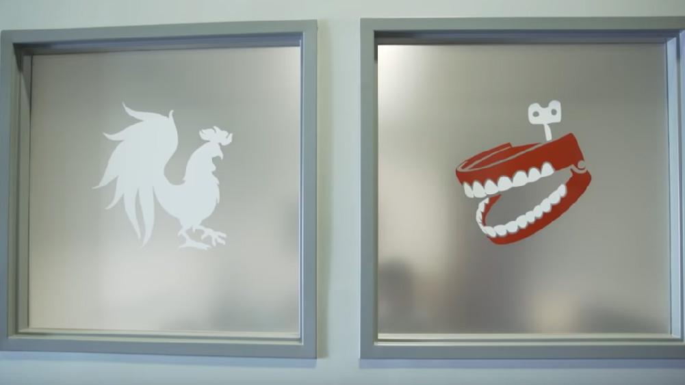 Vidro com logotipos da companhia rooster teeth