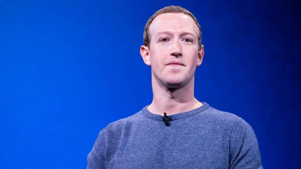 Mark zeckerberg frente a fundo azul