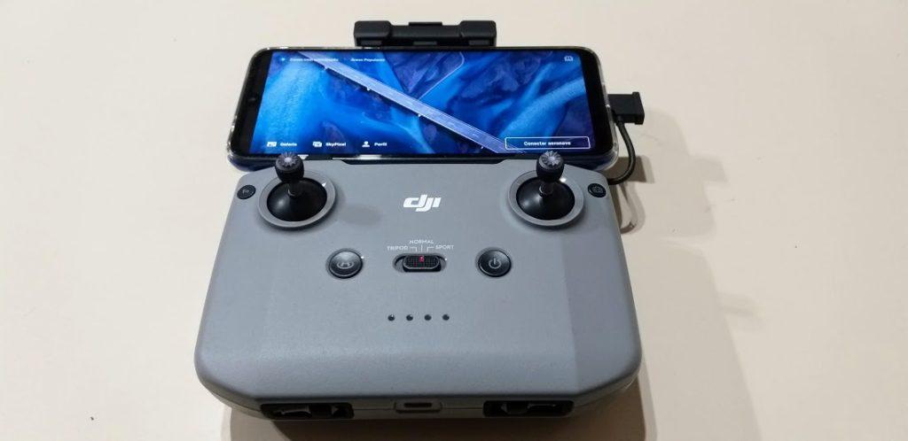 Smartphone conectado ao controle do drone