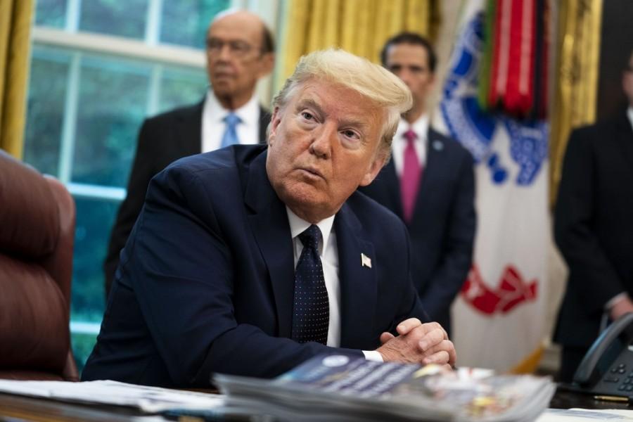 Donald trump ao assinar decreto contra o twitter