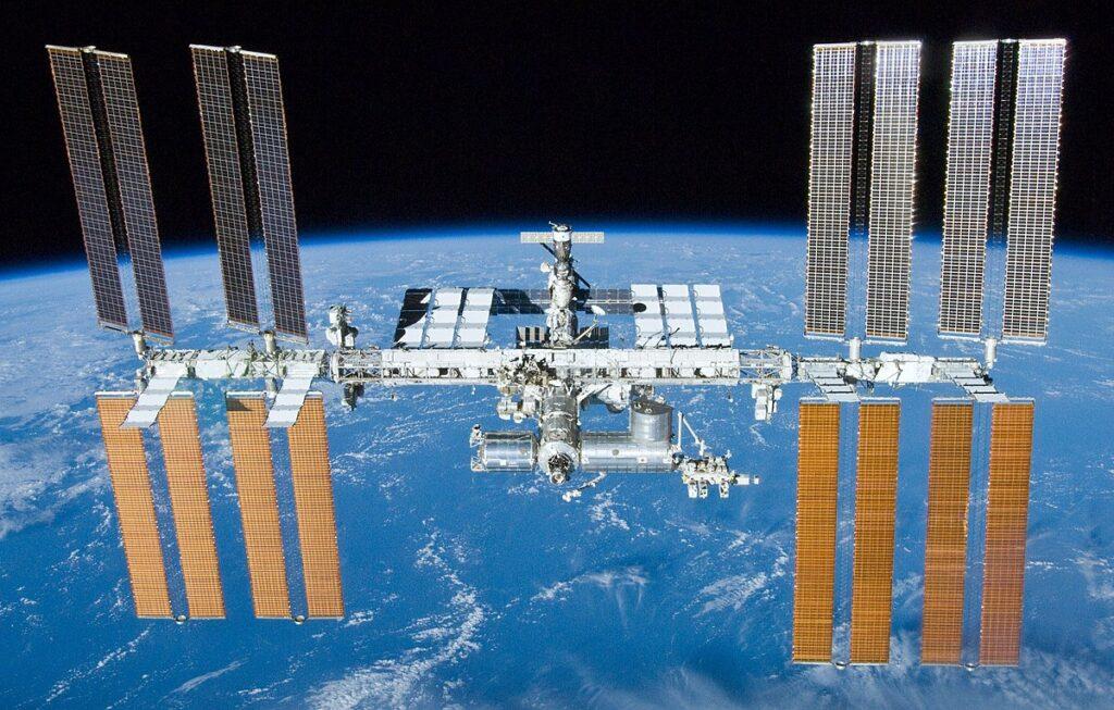 Estação Espacial Internacional (ISS) onde os astronautas irão