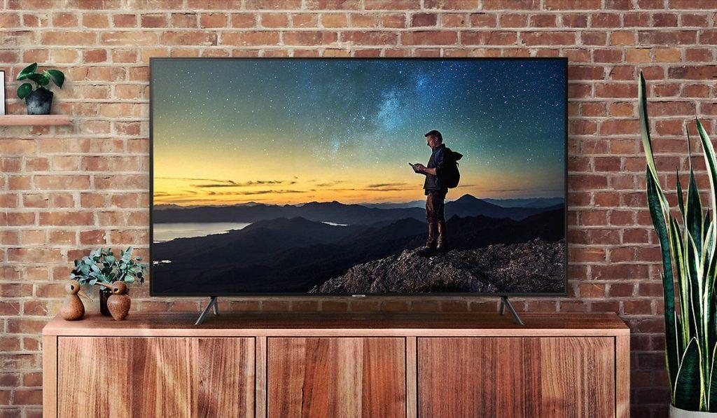 Smart TV disposta em frente a um ambiente de característica informal e rústica