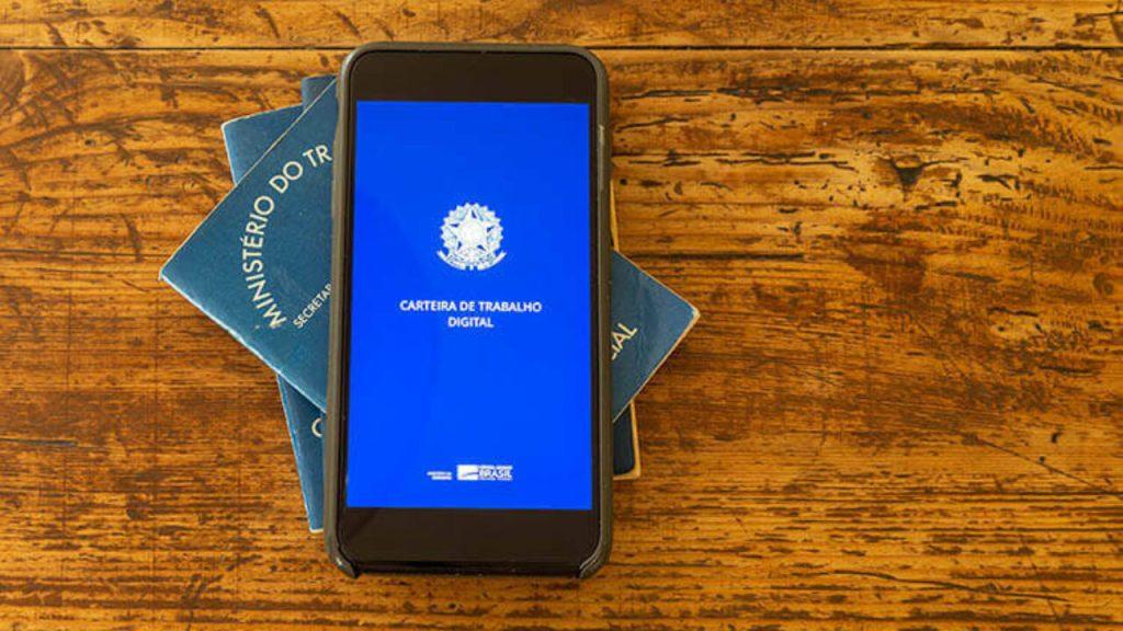 Celular com o aplicativo da Carteira de Trabalho Digital