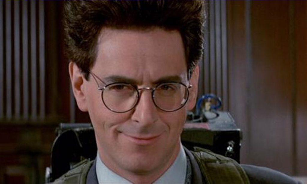 Egon sorri atrás de seus óculos