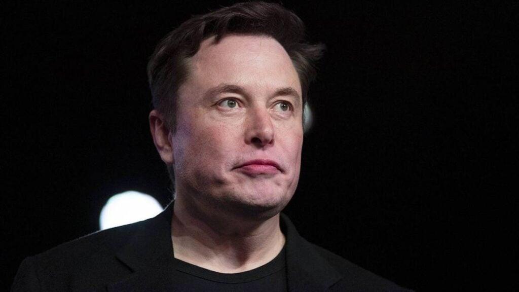 Elon musk encara frente a fundo preto