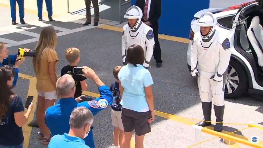 Astronautas da spacex se despedindo das suas famílias