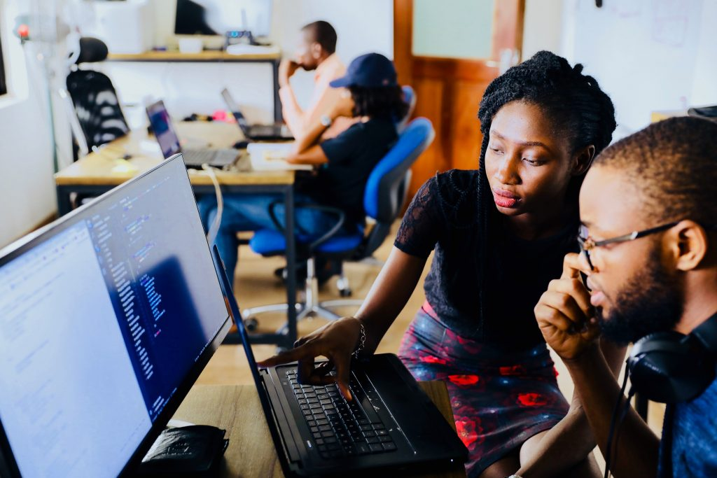 Casal olhando para um computador (analista de negócios)