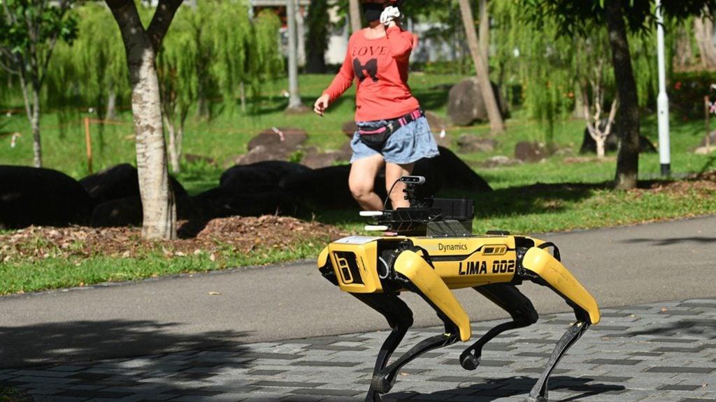 Entenda como robôs têm atuado no combate ao novo coronavírus (covid-19). De televisitas a patrulhamento de ruas estilo 'robocop', veja como os robôs estão atuando no combate à pandemia de covid-19 no brasil e no mundo.