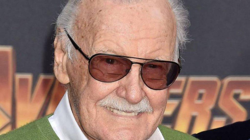Stan lee sorri em estreia de vingadores