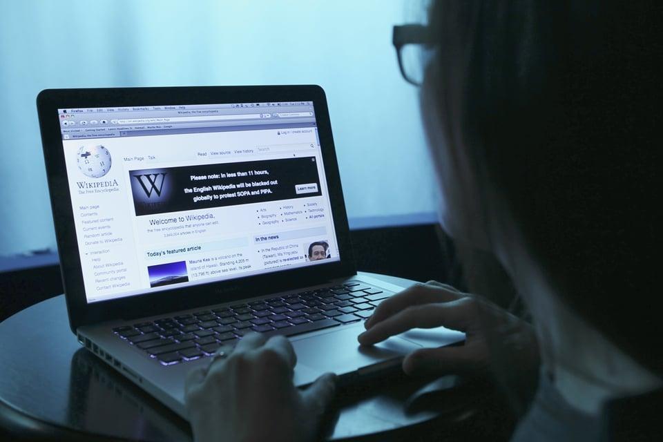 Página da wikipedia sendo editada em notebook